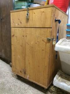 Sattelschrank aus Holz - rechts